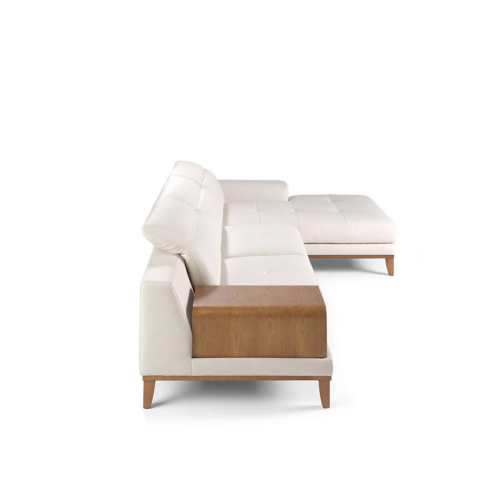 Sofá con chaiselong tapizado en piel y patas en madera de Nogal