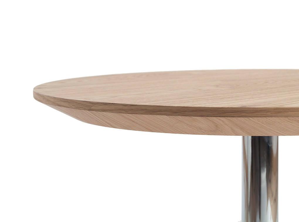 Mesa de rincón fabricada en chapa de roble con patas de acero inoxidable