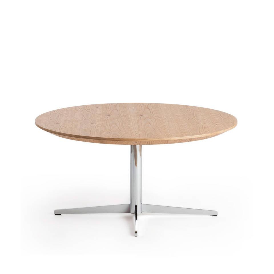 Mesa de centro fabricada en chapa de roble con patas de acero inoxidable