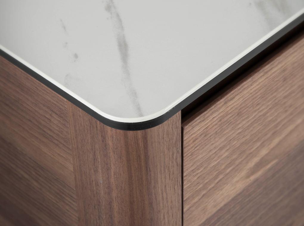Mueble TV fabricado en madera chapada en nogal con tapa de mármol porcelánico
