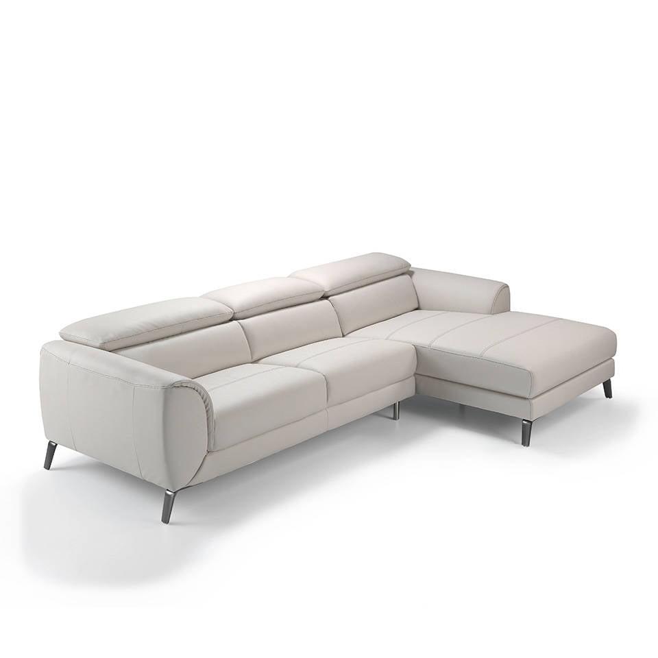 Sofa con chaiselong tapizado en piel y patas de acero inoxidable.