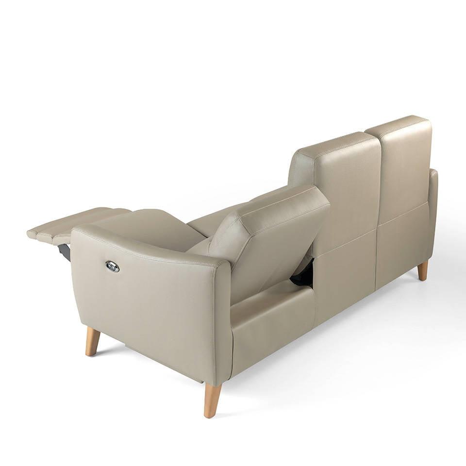Sofá 3 plazas tapizado en piel con 2 mecanismos relax eléctricos y patas de madera de Nogal