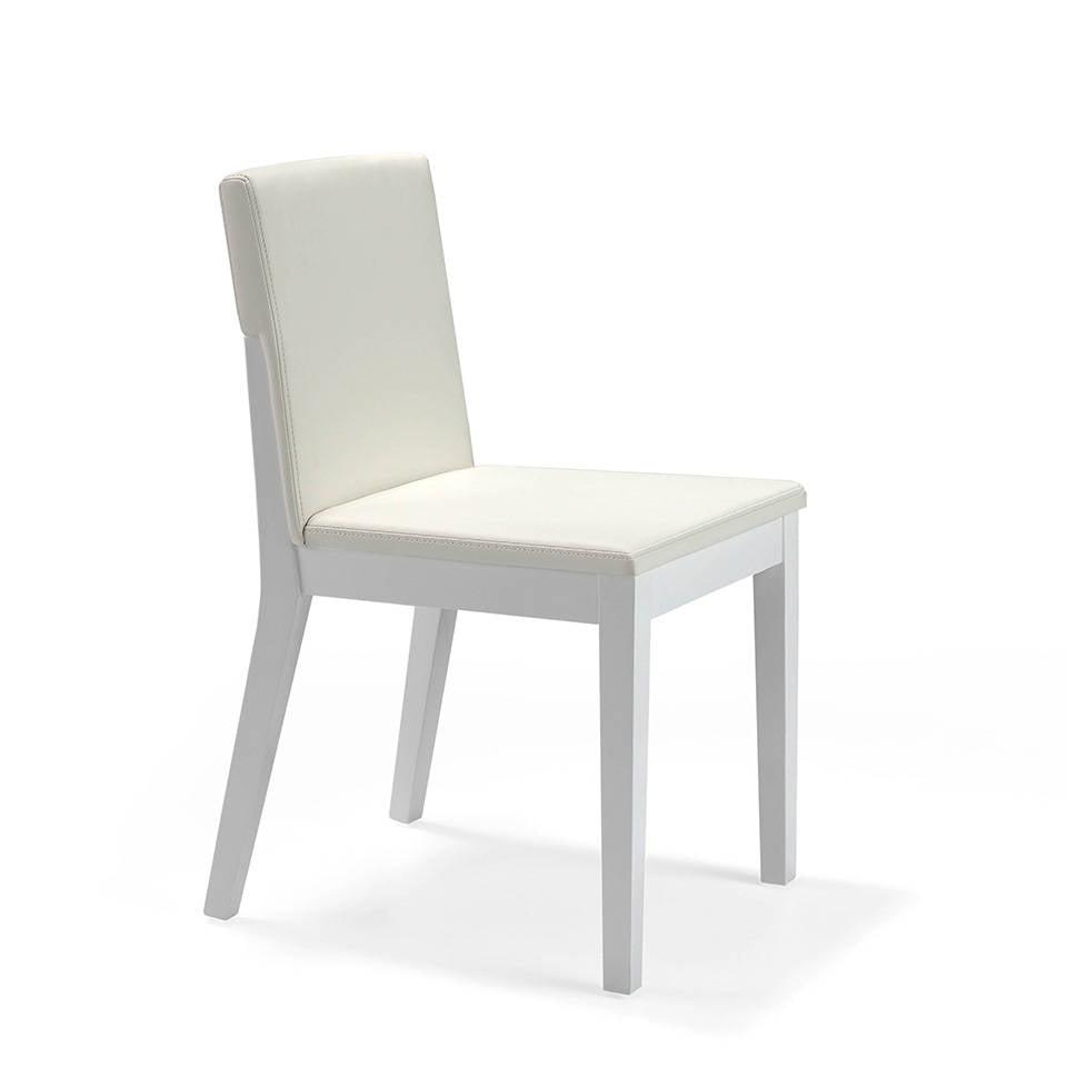Silla en madera lacada con asiento tapizado
