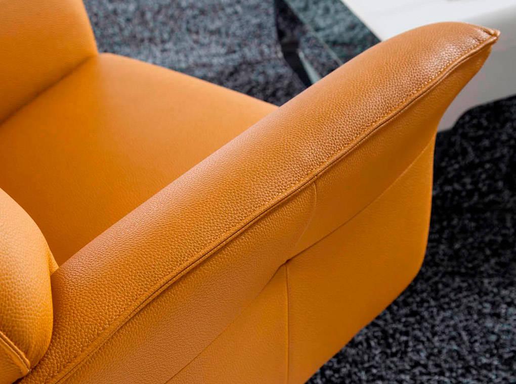 Sillón giratorio tapizado en polipiel con tapas de acero inoxidable pulido