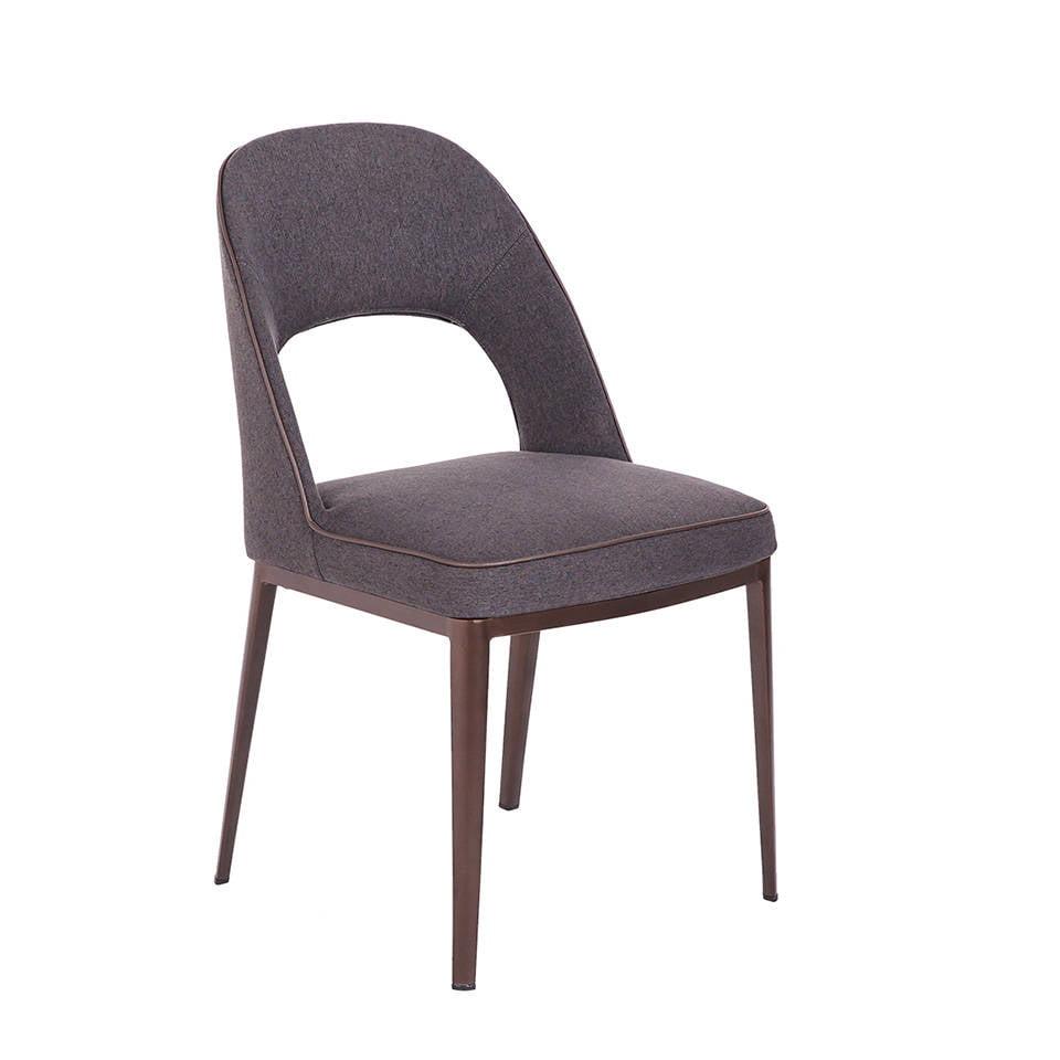 Stoffbezogener Stuhl mit Stahlgestell.