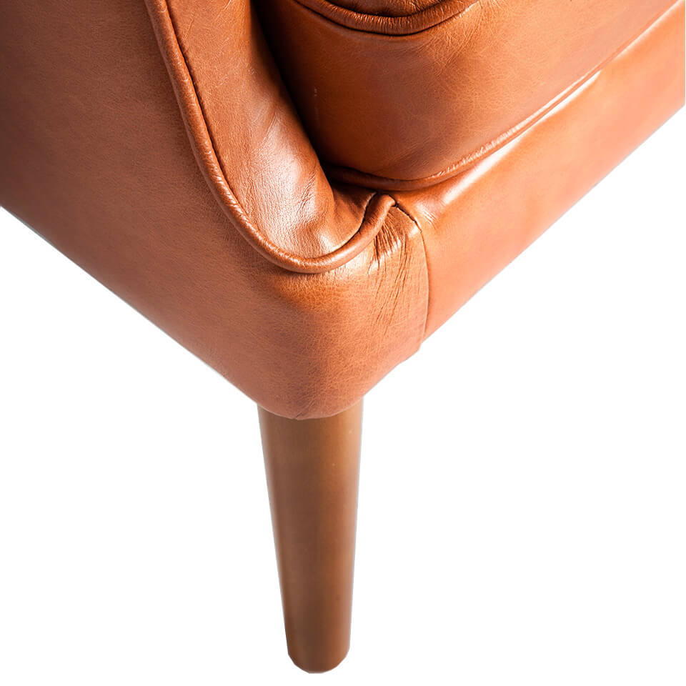 Confident armchair upholstered in tufted leather