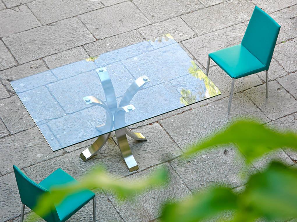 Mesa de comedor con base de acero inoxidable pulido