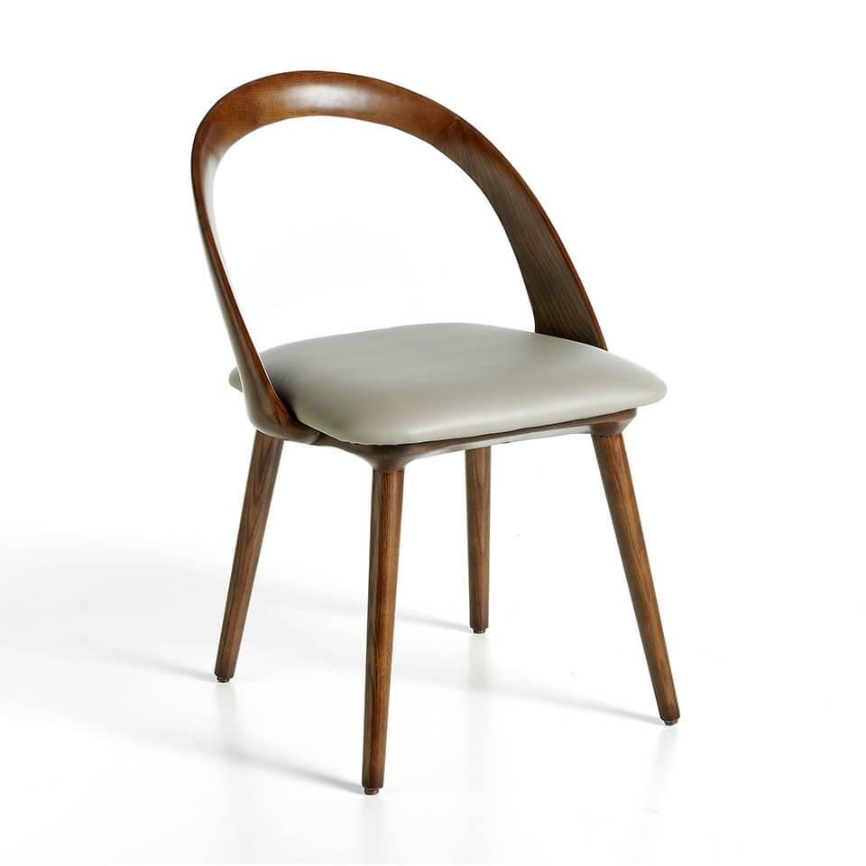 Silla de madera color nogal con asiento tapizado en polipiel
