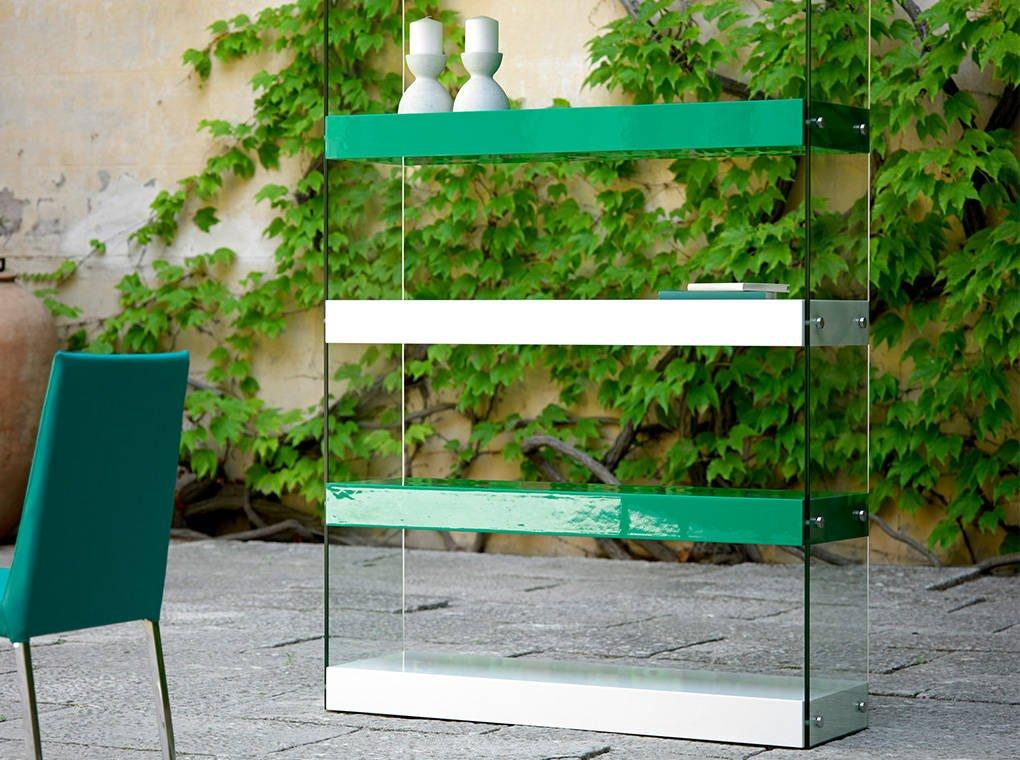 Bücherregal mit Seitenteilen aus gehärtetem Glas.