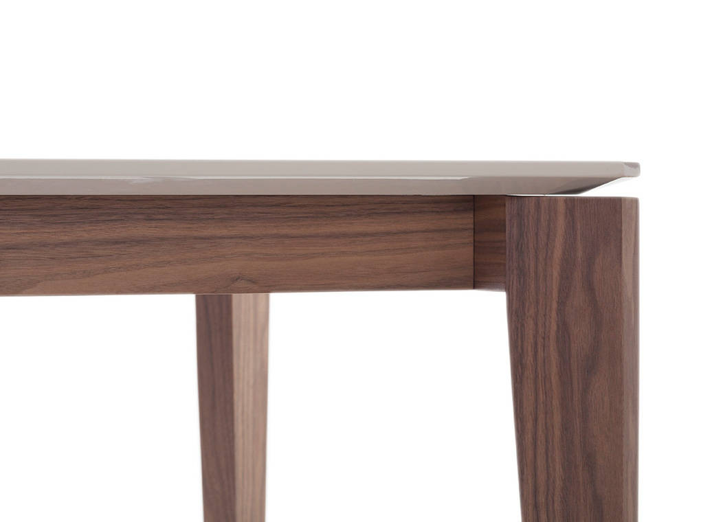Dining table manufactured in wood with walnut plating