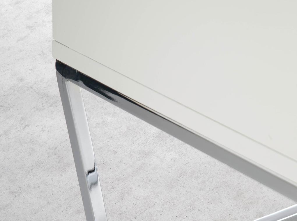 Credenza in legno bianco e acciaio cromato