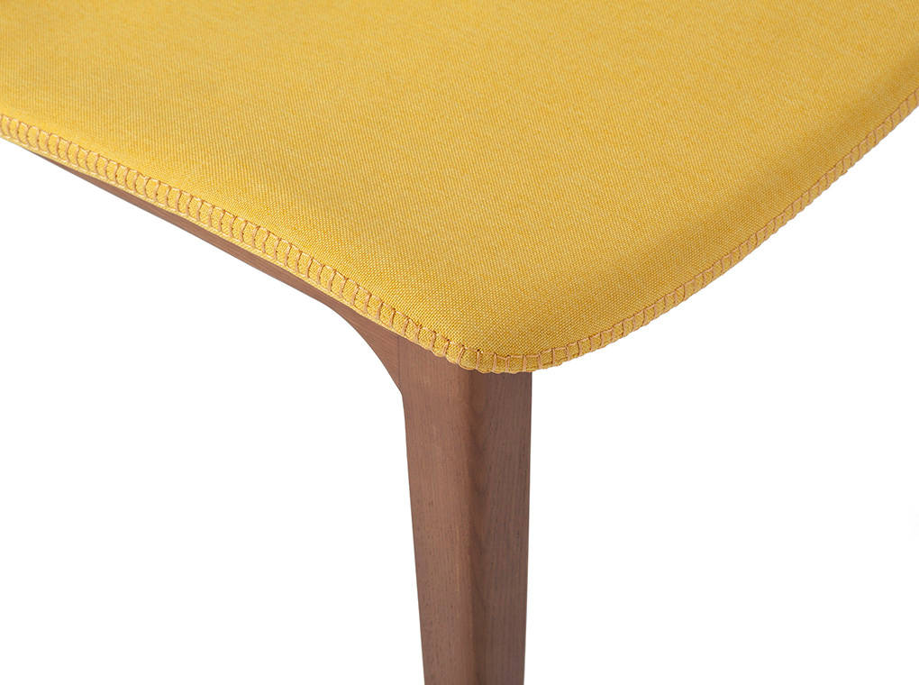 Silla de madera maciza tapizada en tela