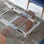 Обеденный раздвижной стол из закаленного стекла и дерева орехового цвета