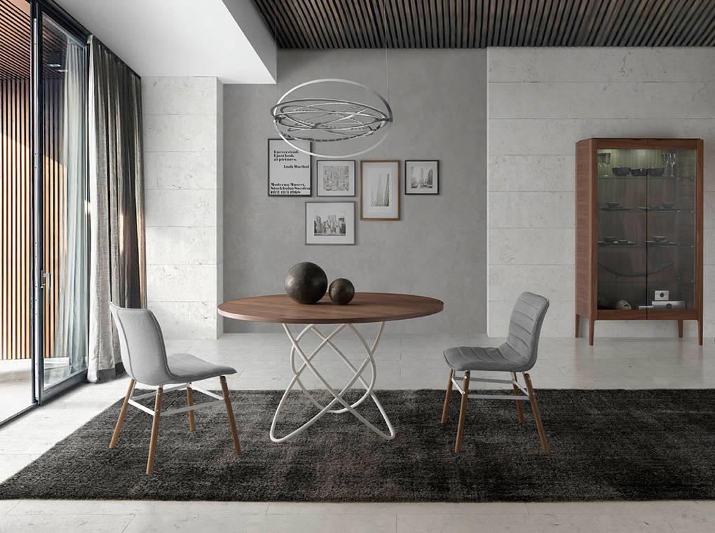 Mesa de comedor con base de acero inoxidable y tapa de nogal