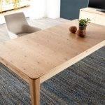 Mesa de comedor extensible fabricada en madera maciza y chapa de roble