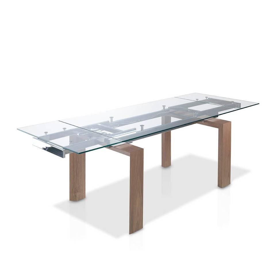 Mesa de comedor extensible con tapa de cristal templado y patas chapadas en nogal.